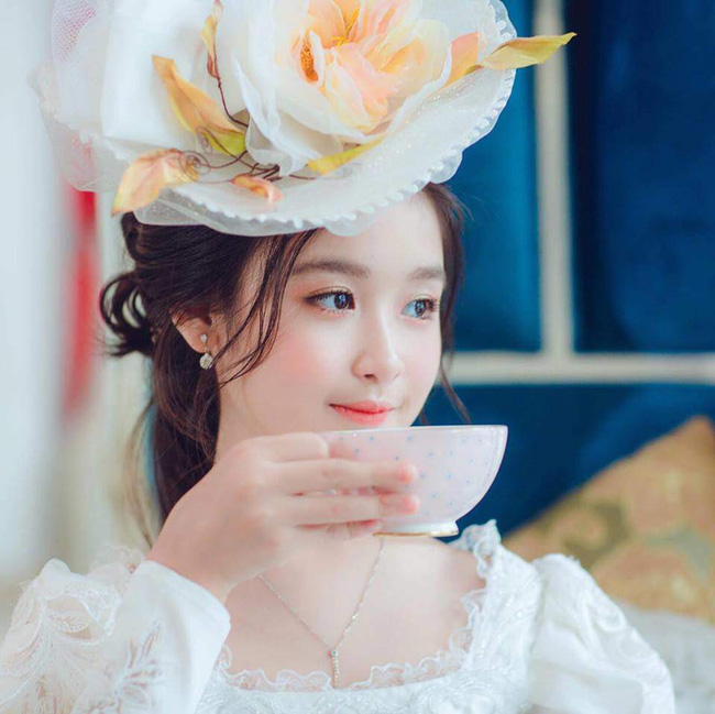 Nhan sắc lịm tim của bé gái ngồi cạnh Hoa hậu Đỗ Mỹ Linh, danh tính cô bé mới khiến dân mạng bất ngờ - Ảnh 12.