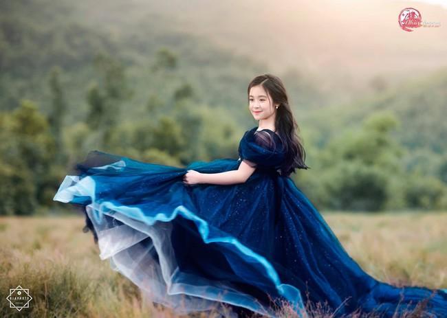 Nhan sắc lịm tim của bé gái ngồi cạnh Hoa hậu Đỗ Mỹ Linh, danh tính cô bé mới khiến dân mạng bất ngờ - Ảnh 22.