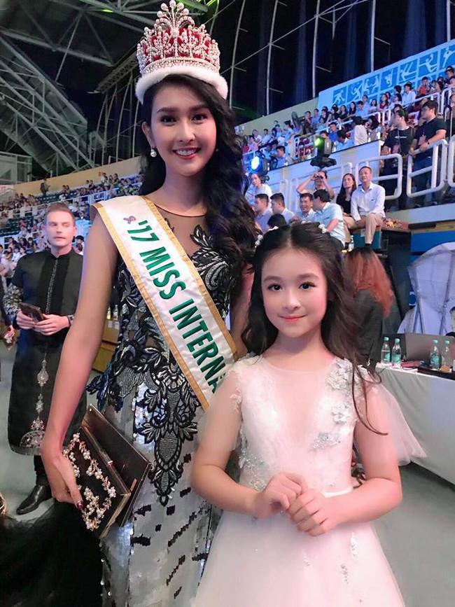 Nhan sắc lịm tim của bé gái ngồi cạnh Hoa hậu Đỗ Mỹ Linh, danh tính cô bé mới khiến dân mạng bất ngờ - Ảnh 5.