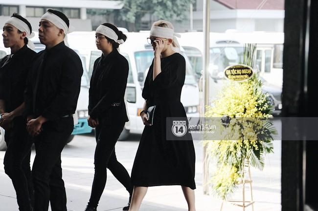 Tóc Tiên xuất hiện lặng lẽ trong đám tang của mẹ Hoàng Touliver, lo toan cho tang lễ như người thân trong gia đình - Ảnh 1.