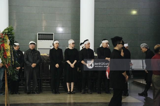 Tóc Tiên xuất hiện lặng lẽ trong đám tang của mẹ Hoàng Touliver, lo toan cho tang lễ như người thân trong gia đình - Ảnh 2.