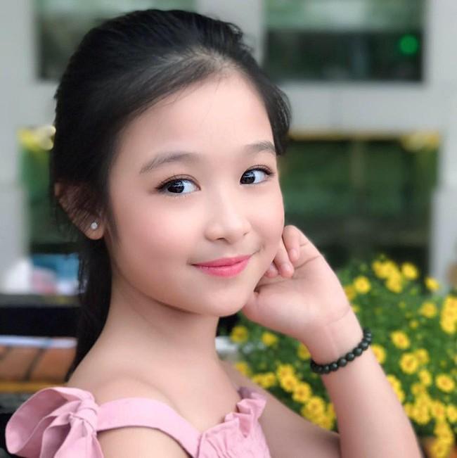 Nhan sắc lịm tim của bé gái ngồi cạnh Hoa hậu Đỗ Mỹ Linh, danh tính cô bé mới khiến dân mạng bất ngờ - Ảnh 16.