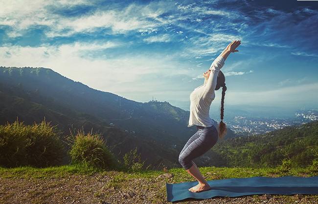 Các tư thế tập yoga giúp giảm stress và ngăn ngừa lão hóa - Ảnh 3.