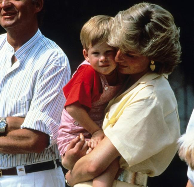 Những bức ảnh để đời của Công nương Diana bên 2 con chứng tỏ bà vẫn là bà mẹ quốc dân được ái mộ nhất - Ảnh 1.