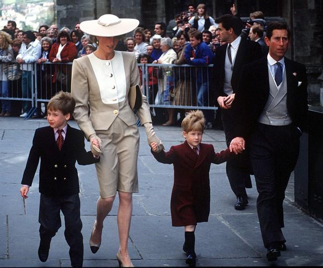 Những bức ảnh để đời của Công nương Diana bên 2 con chứng tỏ bà vẫn là bà mẹ quốc dân được ái mộ nhất - Ảnh 9.