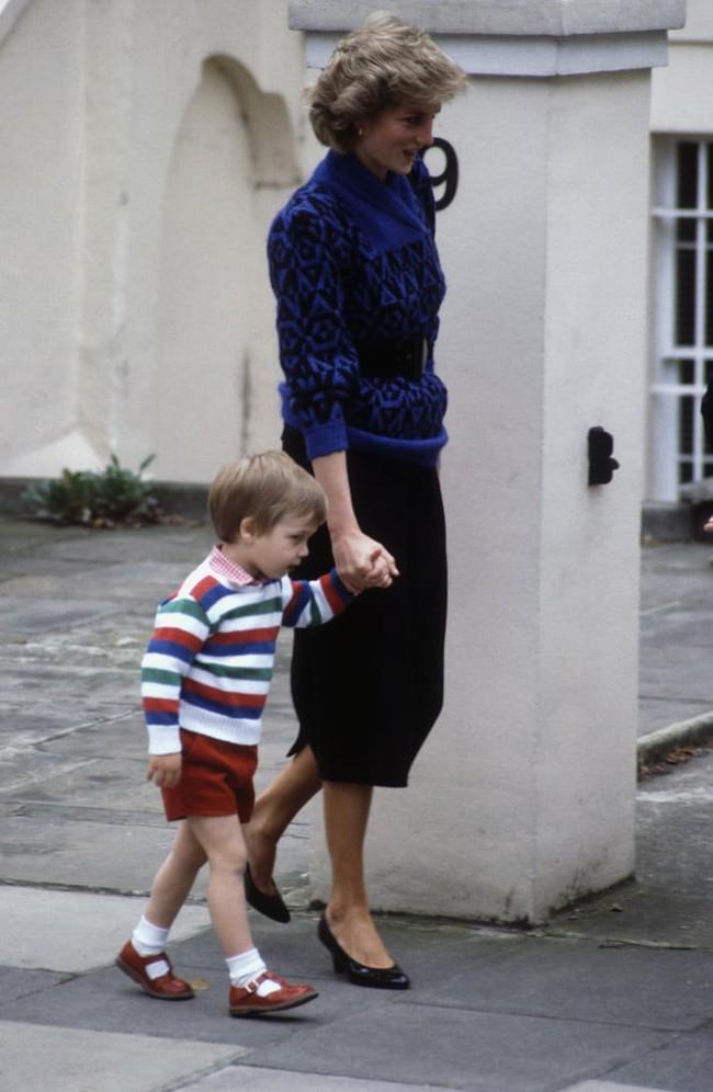Những bức ảnh để đời của Công nương Diana bên 2 con chứng tỏ bà vẫn là bà mẹ quốc dân được ái mộ nhất - Ảnh 10.