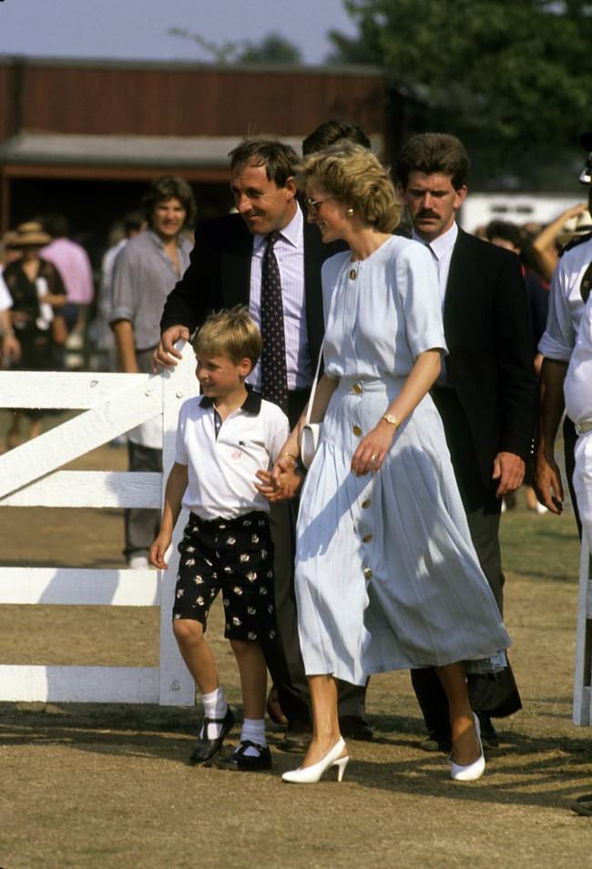Những bức ảnh để đời của Công nương Diana bên 2 con chứng tỏ bà vẫn là bà mẹ quốc dân được ái mộ nhất - Ảnh 11.