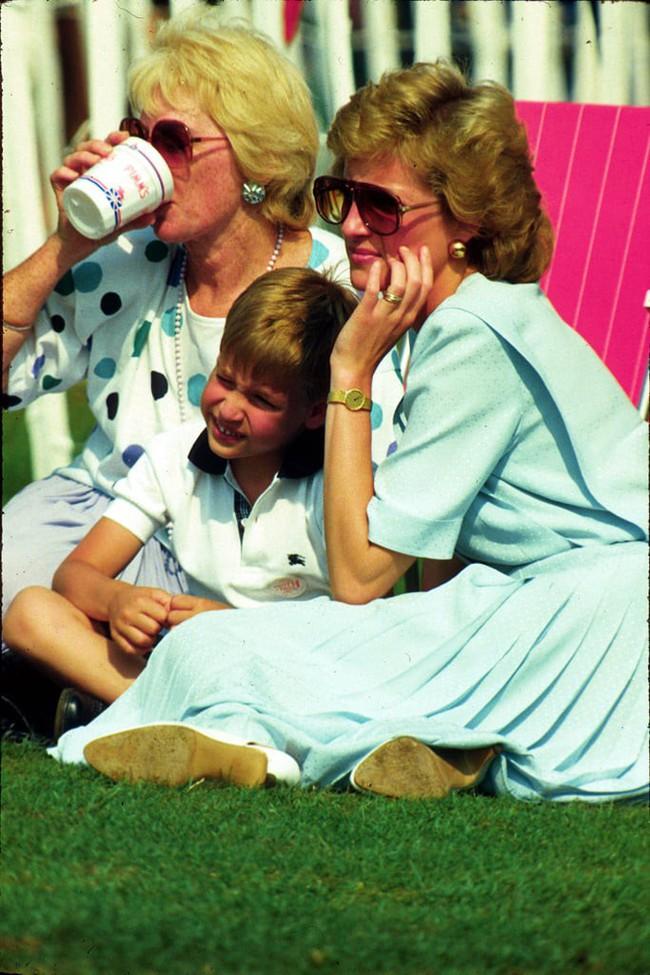 Những bức ảnh để đời của Công nương Diana bên 2 con chứng tỏ bà vẫn là bà mẹ quốc dân được ái mộ nhất - Ảnh 6.