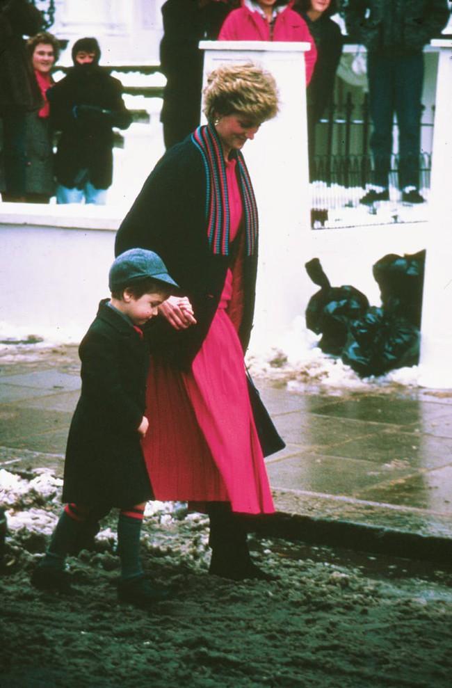 Những bức ảnh để đời của Công nương Diana bên 2 con chứng tỏ bà vẫn là bà mẹ quốc dân được ái mộ nhất - Ảnh 7.