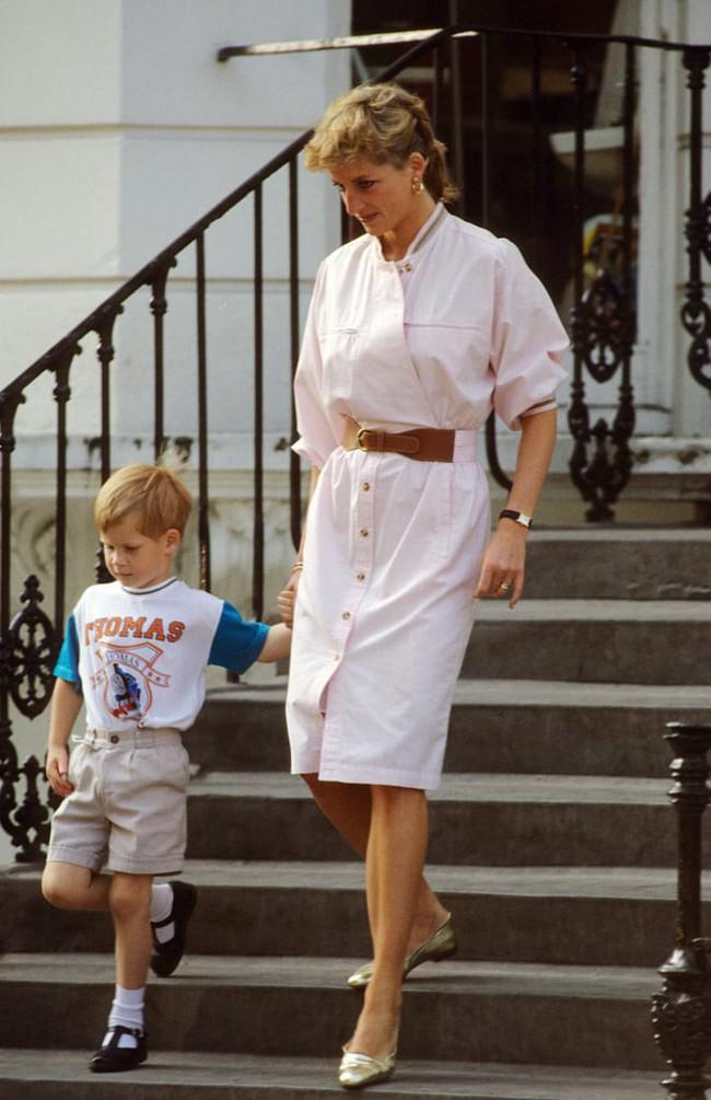 Những bức ảnh để đời của Công nương Diana bên 2 con chứng tỏ bà vẫn là bà mẹ quốc dân được ái mộ nhất - Ảnh 8.