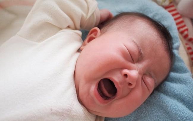 Để mặc trẻ khóc không dỗ, bé sơ sinh sẽ bị tổn thương não?  - Ảnh 1.
