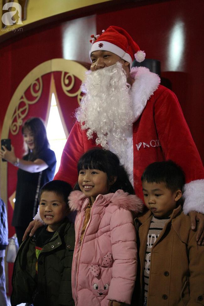 Hà Nội: Triệu người đổ đi chơi Giáng sinh, đường phố đông nghẹt thở, trẻ nhỏ thi nhau trèo lên vai cha mẹ - Ảnh 14.