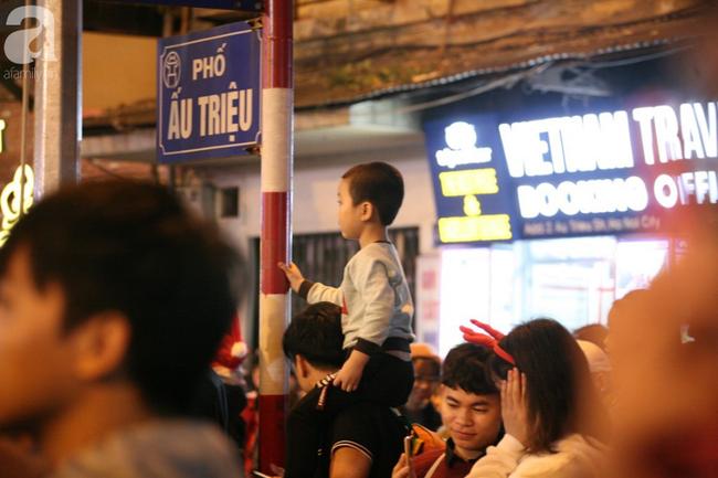 Hà Nội: Triệu người đổ đi chơi Giáng sinh, đường phố đông nghẹt thở, trẻ nhỏ thi nhau trèo lên vai cha mẹ - Ảnh 2.