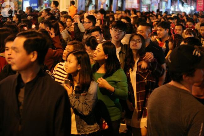Hà Nội: Triệu người đổ đi chơi Giáng sinh, đường phố đông nghẹt thở, trẻ nhỏ thi nhau trèo lên vai cha mẹ - Ảnh 6.