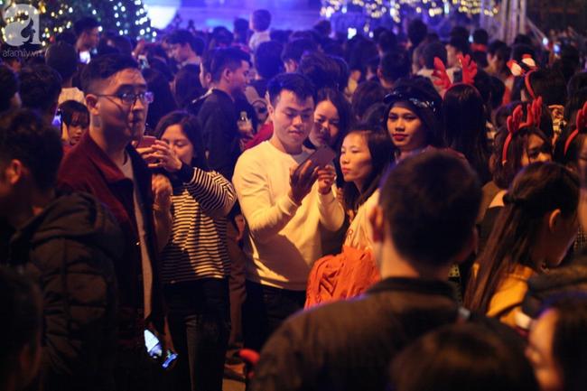 Hà Nội: Triệu người đổ đi chơi Giáng sinh, đường phố đông nghẹt thở, trẻ nhỏ thi nhau trèo lên vai cha mẹ - Ảnh 11.