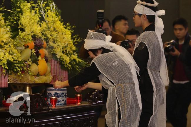Ngày đầu tiên vợ con NSND Anh Tú lộ diện trước công chúng lại chính là ngày đưa tang anh - Ảnh 7.