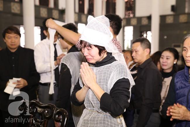 Ngày đầu tiên vợ con NSND Anh Tú lộ diện trước công chúng lại chính là ngày đưa tang anh - Ảnh 2.