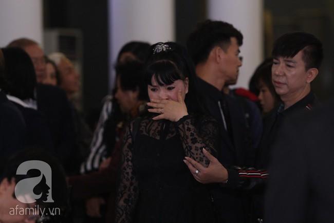 Thu Quỳnh, Bảo Thanh, Lan Hương, Kim Oanh, Lê Khanh nhạt nhòa nước mắt trong lễ tang NSND Anh Tú - Ảnh 1.