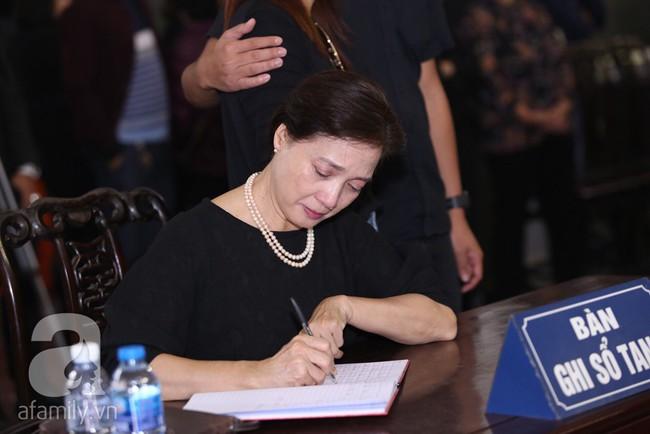 Thu Quỳnh, Bảo Thanh, Lan Hương, Kim Oanh, Lê Khanh nhạt nhòa nước mắt trong lễ tang NSND Anh Tú - Ảnh 9.