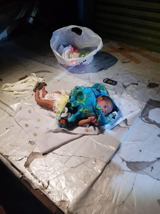 Bé trai 2 tuần tuổi bị bỏ lại giữa chợ trong đêm khuya vắng, cảnh sát điều tra ngỡ ngàng khi biết nguyên nhân - Ảnh 1.