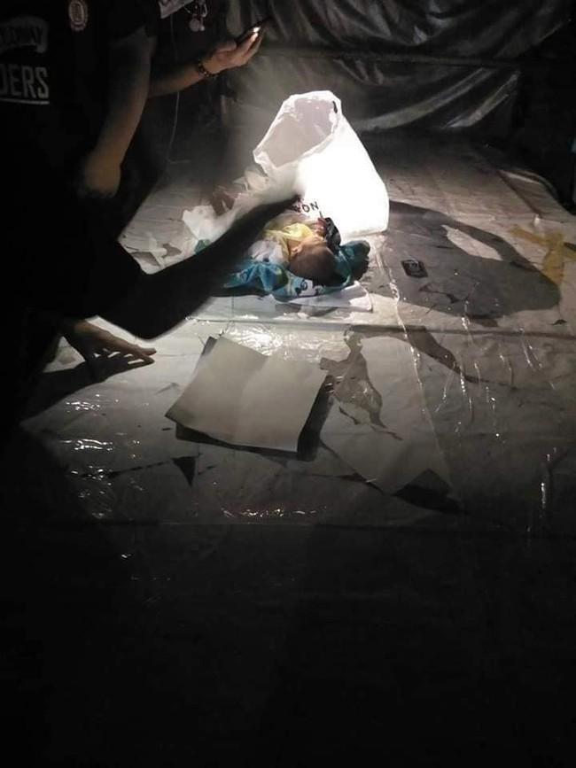 Bé trai 2 tuần tuổi bị bỏ lại giữa chợ trong đêm khuya vắng, cảnh sát điều tra ngỡ ngàng khi biết nguyên nhân - Ảnh 2.