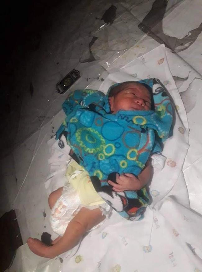 Bé trai 2 tuần tuổi bị bỏ lại giữa chợ trong đêm khuya vắng, cảnh sát điều tra ngỡ ngàng khi biết nguyên nhân - Ảnh 3.