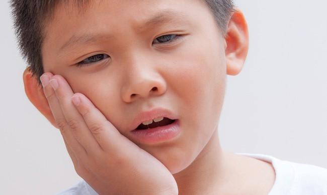 3 thói quen phổ biến ở trẻ mà các mẹ cần loại bỏ ngay nếu không muốn gây hại đến xương hàm và thẩm mỹ sau này của con - Ảnh 1.