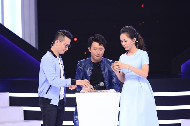 Hoàng Bách uất ức vì vợ quên kỷ niệm ngày cưới, phải tổ chức ăn mừng ngay tại trường quay gameshow - Ảnh 7.