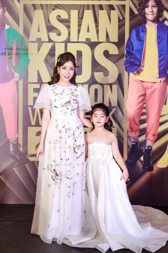 Á hậu Diễm Trang gây chú ý khi ăn diện thời trang bế con lên thảm đỏ - Ảnh 9.