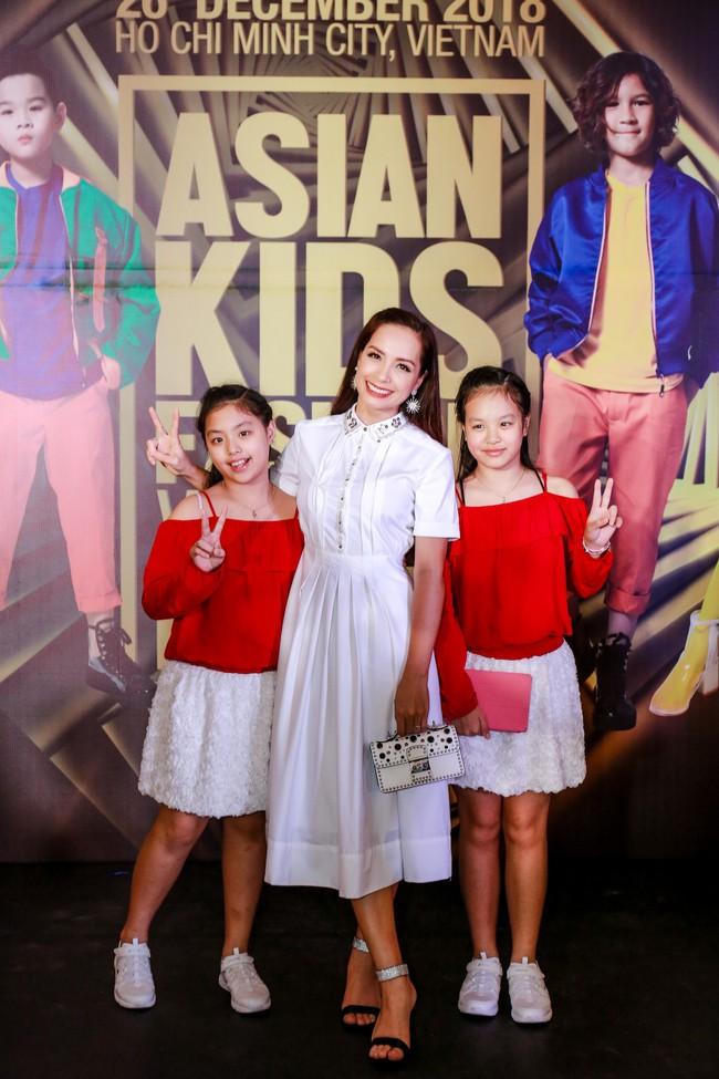 Á hậu Diễm Trang gây chú ý khi ăn diện thời trang bế con lên thảm đỏ - Ảnh 10.