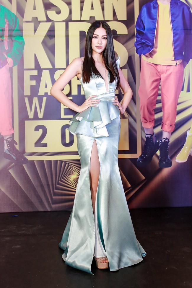 Á hậu Diễm Trang gây chú ý khi ăn diện thời trang bế con lên thảm đỏ - Ảnh 4.