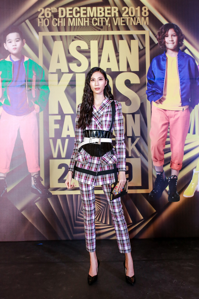 Á hậu Diễm Trang gây chú ý khi ăn diện thời trang bế con lên thảm đỏ - Ảnh 7.