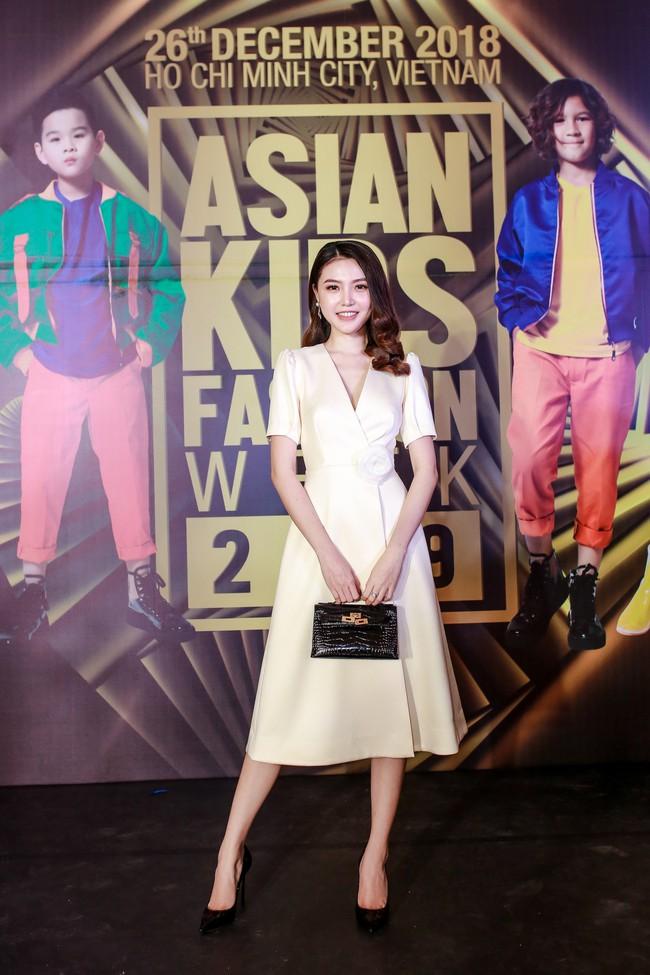 Á hậu Diễm Trang gây chú ý khi ăn diện thời trang bế con lên thảm đỏ - Ảnh 8.