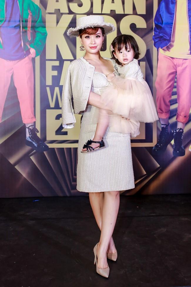 Á hậu Diễm Trang gây chú ý khi ăn diện thời trang bế con lên thảm đỏ - Ảnh 1.