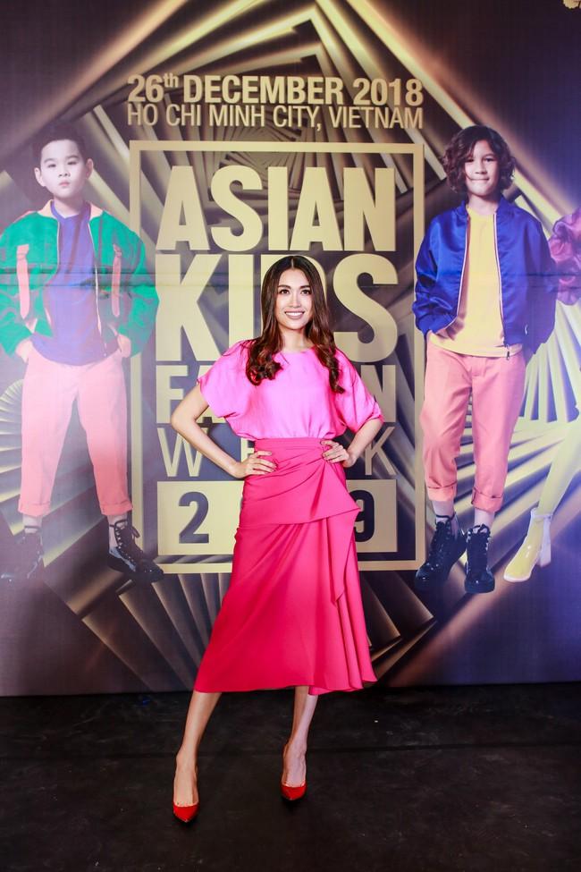 Á hậu Diễm Trang gây chú ý khi ăn diện thời trang bế con lên thảm đỏ - Ảnh 5.