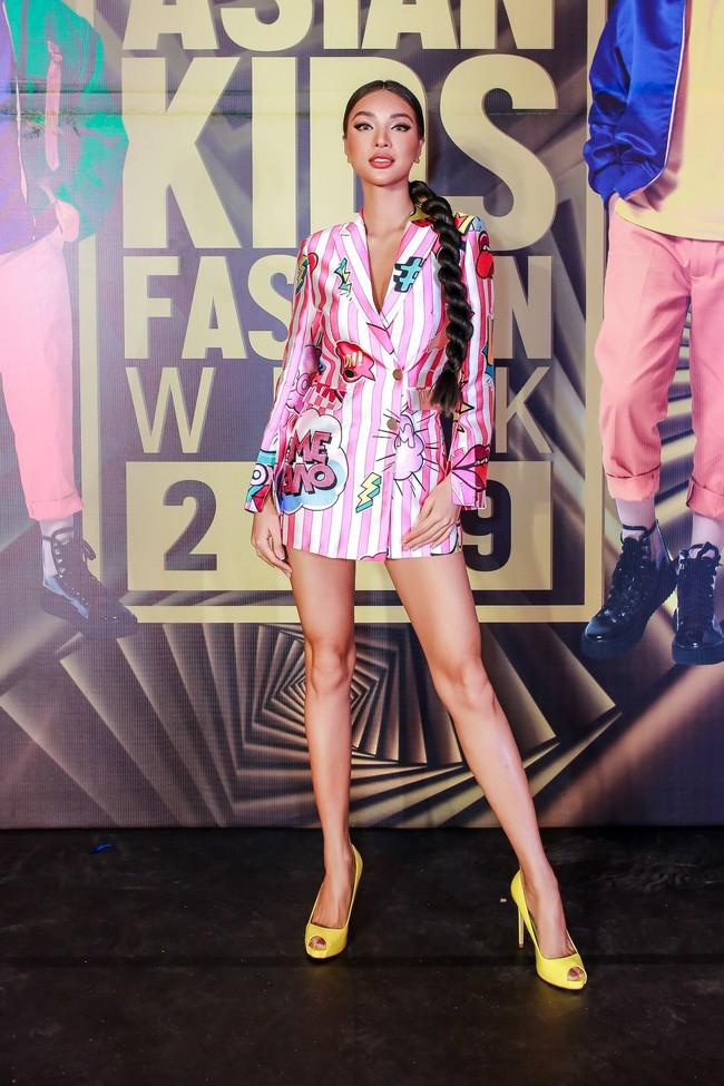 Á hậu Diễm Trang gây chú ý khi ăn diện thời trang bế con lên thảm đỏ - Ảnh 11.