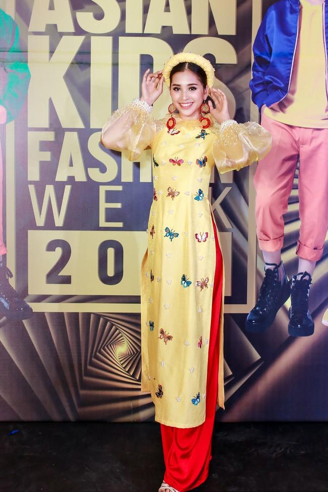 Á hậu Diễm Trang gây chú ý khi ăn diện thời trang bế con lên thảm đỏ - Ảnh 3.