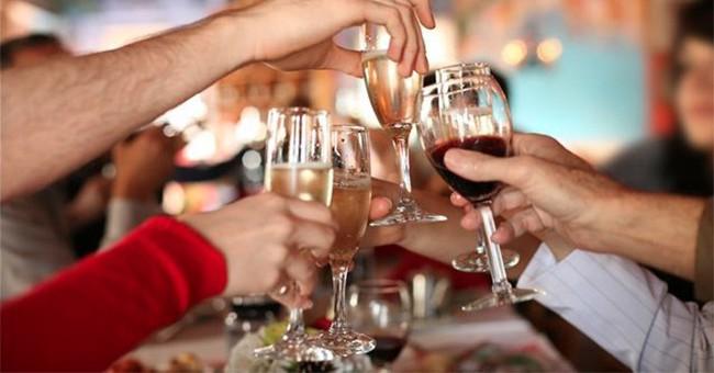 Nhiều người đang sử dụng nước dưa chua để chữa chứng khó chịu sau khi uống rượu - hiệu quả đến đâu? - Ảnh 2.
