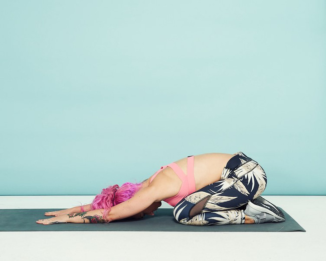 Nếu quá đau mỏi vai vì phải ngồi làm việc nhiều, tập ngay mấy động tác này để thư giãn, tránh gù vai xấu dáng - Ảnh 4.