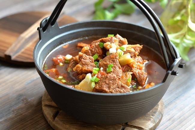 Trời chuyển lạnh vào bếp nấu món canh thịt bò ngon đậm đà thơm nức mũi - Ảnh 6.