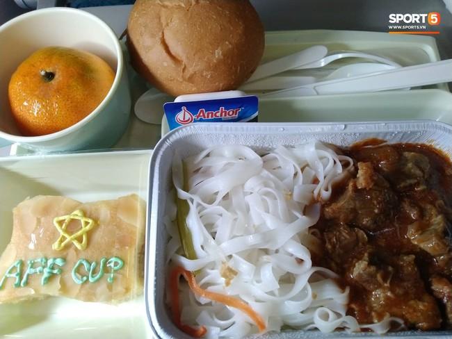 Món ăn khiến đội tuyển Việt Nam bất ngờ trên máy bay từ Philippines về Hà Nội - Ảnh 1.