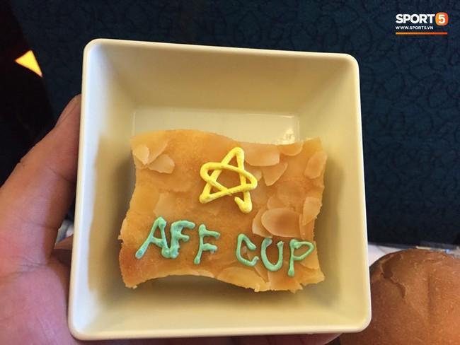Món ăn khiến đội tuyển Việt Nam bất ngờ trên máy bay từ Philippines về Hà Nội - Ảnh 2.