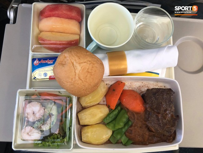 Món ăn khiến đội tuyển Việt Nam bất ngờ trên máy bay từ Philippines về Hà Nội - Ảnh 3.