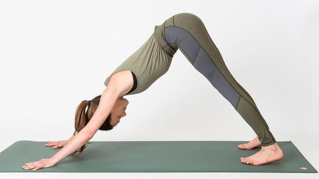5 tư thế yoga cơ bản giúp cải thiện sức khỏe - Ảnh 2.