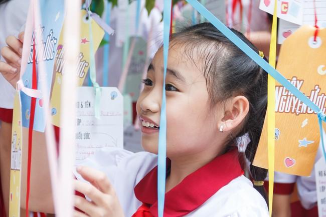Làm ông bụt, Jun Phạm rưng rưng xúc động khi tìm về tuổi thơ  - Ảnh 2.