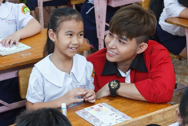 Làm ông bụt, Jun Phạm rưng rưng xúc động khi tìm về tuổi thơ  - Ảnh 6.