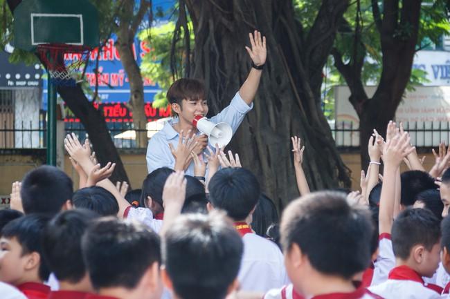 Làm ông bụt, Jun Phạm rưng rưng xúc động khi tìm về tuổi thơ  - Ảnh 7.