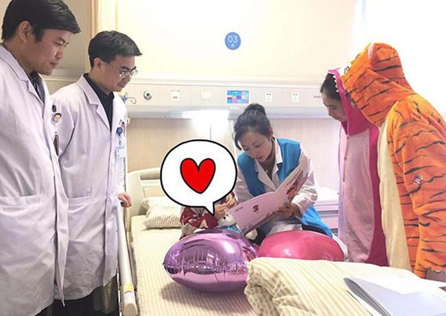 Bé gái 3 tuổi bị chẩn đoán mắc bệnh ung thư vú, dấu hiệu đến từ những thay đổi nhỏ nhất trên người em được mẹ phát hiện kịp thời - Ảnh 3.