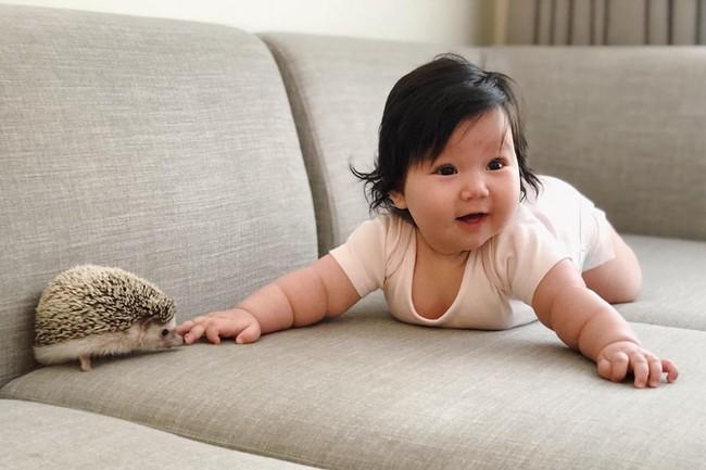 Siêu mẫu Hà Anh trải lòng những khó khăn khi làm mẹ: Sữa chưa kịp về, con khóc ngằn ngặt vì đói - Ảnh 2.