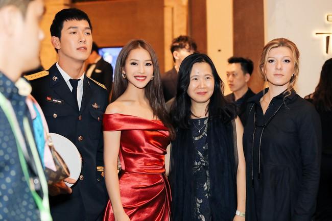 Cặp đôi Hậu duệ Mặt trời Việt Nam cực đẹp đôi trên thảm đỏ Singapore, đáng chú ý nhất là chiếc váy của Khả Ngân - Ảnh 7.